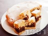 Рецепта Вкусен шарен сладкиш / кекс с прясно мляко и какао поръсен с пудра захар